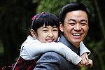 王宝强女儿正面曝光 骑车跟哥哥找爸爸