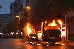 公交突燃乘客互救