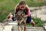 10岁女孩骑狼狂奔