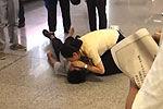 六旬老伯地铁站昏倒美女站长人工呼吸急救