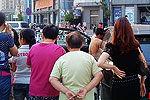 原配带人街头打小三 围观者拍照被打破头