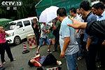 西双版纳大巴遭围攻5小时 游客拍照被踹头