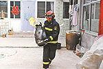 煤气爆燃掀翻屋顶 消防员惊险抱出煤气罐