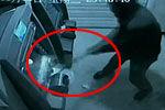 男子暴砸取款机与警对峙 双方持棍叉互攻