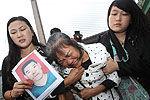 重庆的哥救轻生女身亡出租车系黄丝带悼念