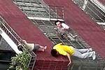 孩童头卡栏杆 悬挂4楼危险一幕