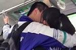 实拍公交车上中学生激情热吻