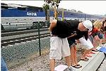 美南加州70名游客齐向火车脱裤亮屁股