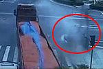 实拍隧道口三车相撞挂车被顶出18米