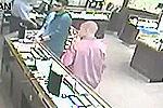 实拍劫匪持刀抢劫珠宝店被顾客一拳撂倒