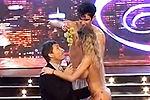 爆乳模特全裸跳舞 与男主持贴身吃葡萄