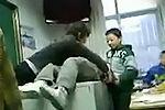 女教师将小学生抬上讲桌 当众扒裤羞辱