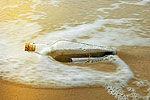 男子海滩捡到一枚漂流瓶 已漂流76年