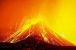 实拍火山持续喷发