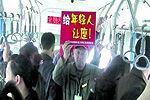 郑州老人连续4天街头举牌为年轻人让座