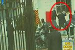 实拍男子用腰带猛抽持刀抢劫银行嫌犯