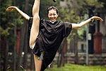 台湾校花学士服开衩露美腿被赞极品