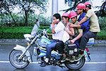 实拍五人骑一辆摩托车 单手单轮公路飙车