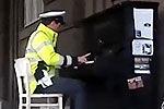 实拍布拉格警察街头弹奏钢琴