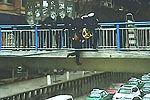 实拍小伙遇男子跳桥伸手相救 10分钟不放手