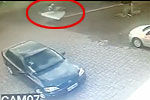 男子遭卡车撞飞后被车上掉落床垫接住