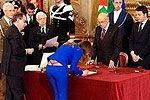 意大利女部长弯腰签字遭PS帝恶搞