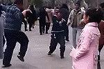 广场舞大叔逆袭 销魂舞姿完胜大妈