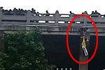 实拍女子跳桥瞬间被小伙拉住悬空护栏外