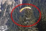 实拍牛人踩着缆车线高山滑翔