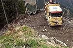 超高驾驶技术货车司机悬崖边上惊险倒车