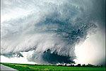 美国:视频记录龙卷风来袭时惊险一幕