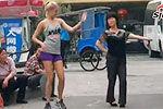 大妈跳活力广场舞引长腿洋妞追捧模仿