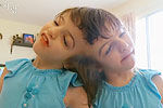 加拿大连体婴姐妹花跳骑马舞