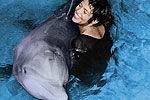 50年前英秘密实验 女孩教海豚说话被爱上