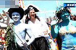 纽约举行美人鱼大游行 市长扮海盗参加
