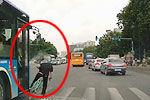 小伙骑自行车闯红灯被公交撞飞脑袋着地