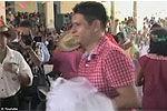 鳄鱼披婚纱嫁给墨西哥镇长 祈祷丰收