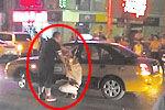 实拍豪车车主暴打的哥 路人劝架被猛揍