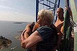 芬兰95岁老太在150米高吊车上玩蹦极