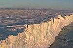 南极冰川下现巨大隧道 与巴黎铁塔等高