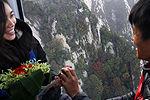 小伙在华山顶求婚 人多像挤公交没地儿跪