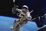 实拍宇航员太空漫步地球尽收眼底
