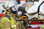 德男子5年未洗澡 消防员戴防毒面具救援