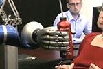 实拍瘫痪患者用意念控制机械手喝饮料