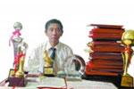 五旬教师17年积蓄得200余证书 穷得只剩奖状