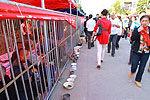 南昌庙会用铁栏圈住乞丐 称为防香客被骗
