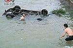监控实拍汽车失控冲入海 众人跳海施救