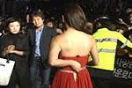 韩女星姜素拉釜山蓝毯拉链爆开露尴尬