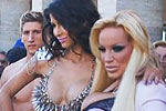 德国情色展艳星女模穿金刚内衣吸睛