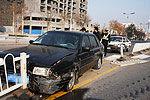 司机高速路开车挖鼻孔致汽车撞上护栏